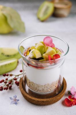 Гранола со сливочным йогуртом и сезонными фруктами