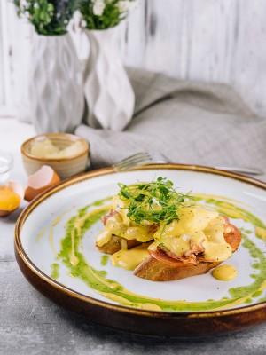 Яйца бенедикт с беконом и голландским соусом